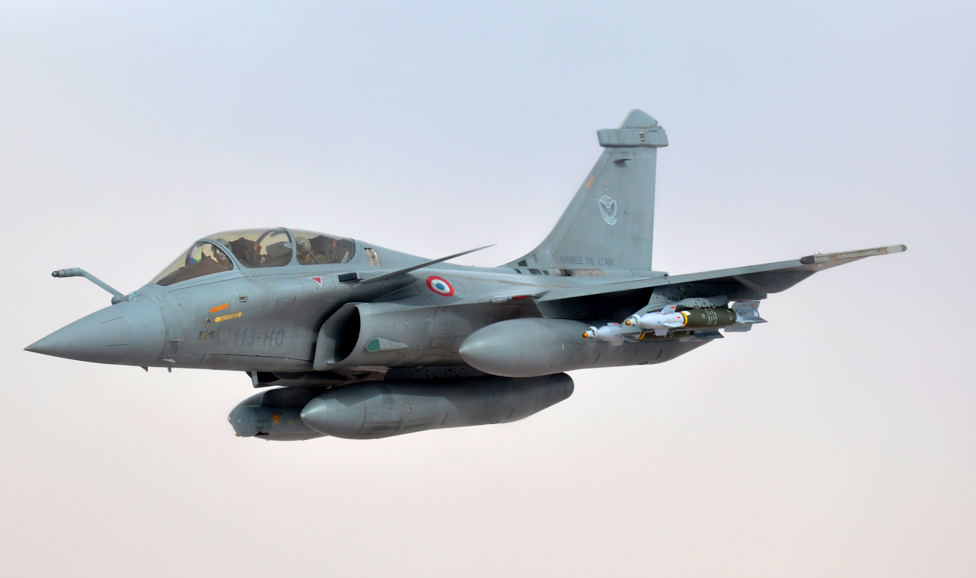 A_French_air_force_Rafale_aircraft_breaks_formation_after_refueling_from_a_U.S._Air_Force_KC-1...jpg