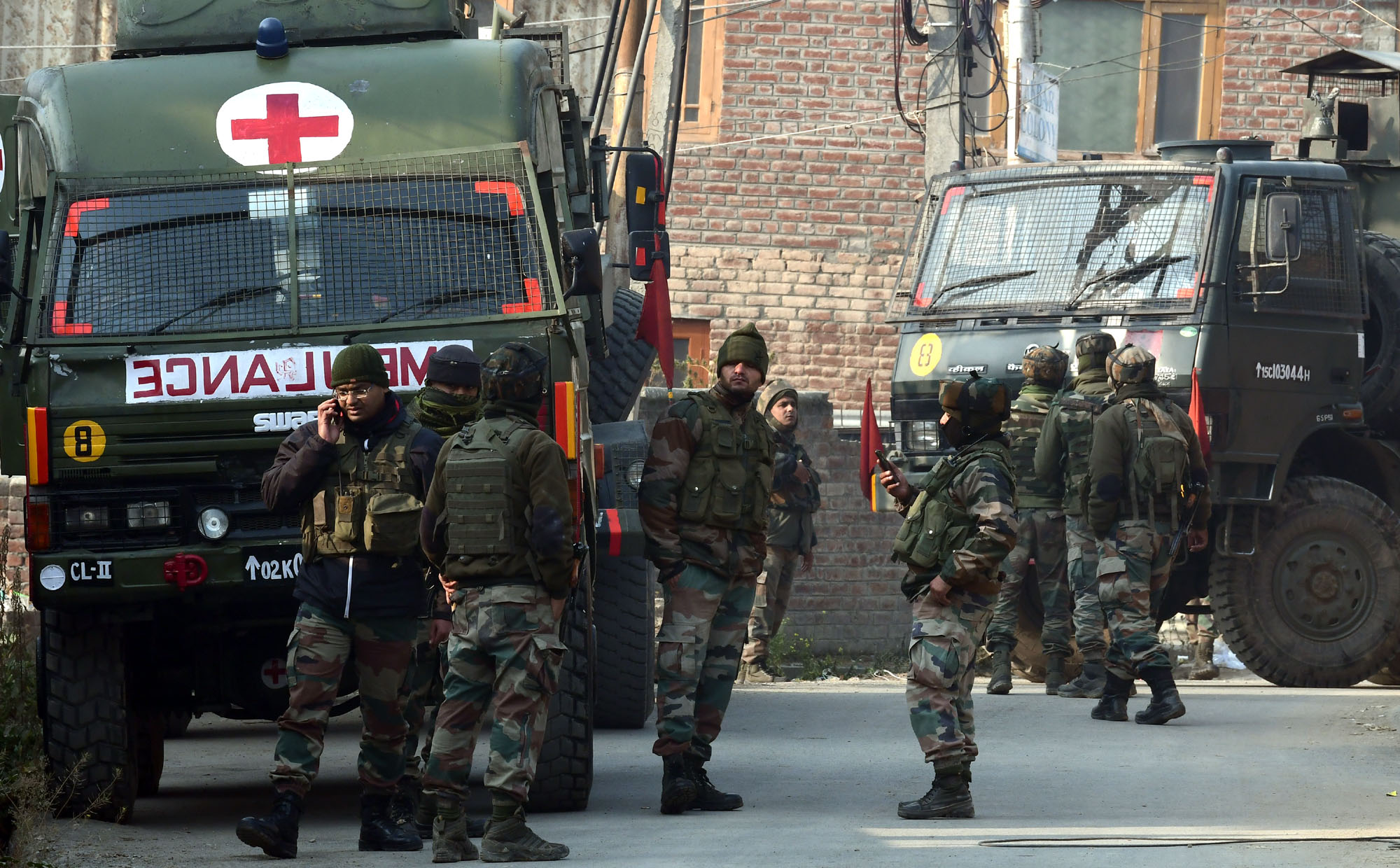 Army-near-encounter-site-at-Mouchowa-in-Budgam-5.jpg