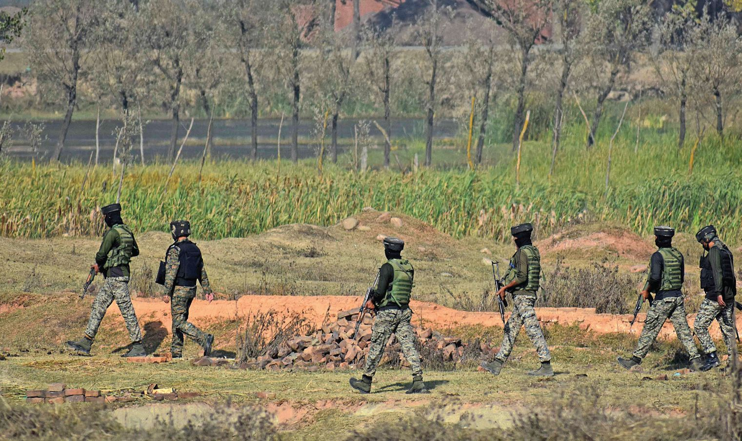 Government-forces-cordoned-off-the-area-and-started-searches-to-nab-attackers-on-Srinagar-outs...jpg