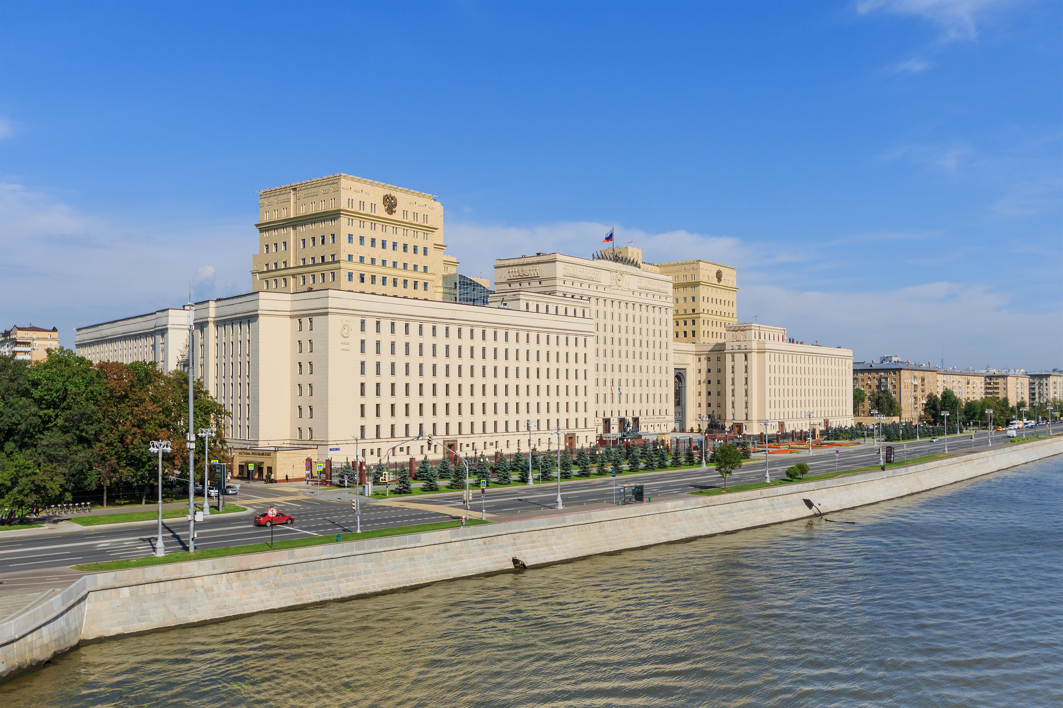 Moscow_Frunzenskaya_Embankment_at_Pushkinsky_Bridge_08-2016.jpg