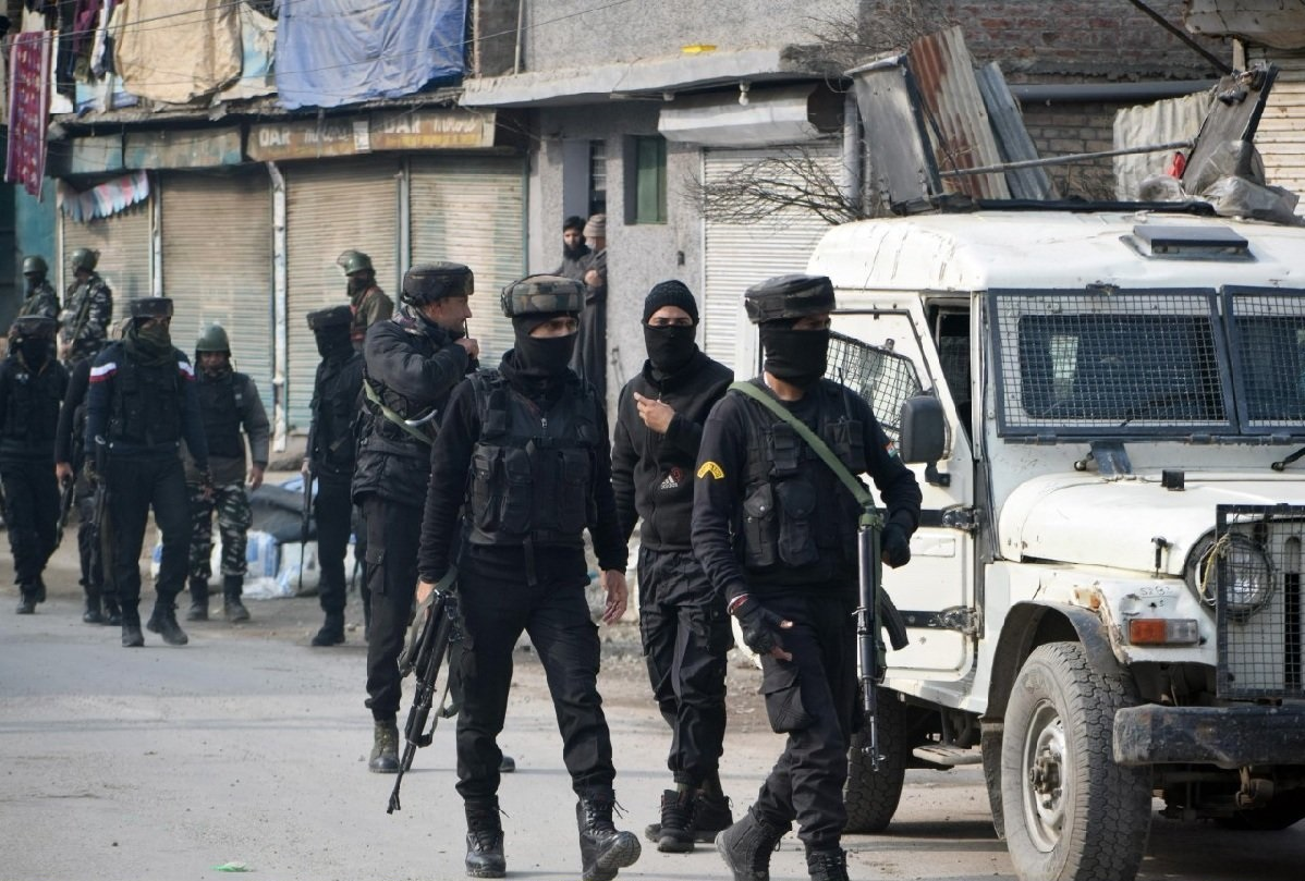 terrorists-attack-on-security-forces-in-sazgirpora-area-of-hawal-in-srinagar_1607246244.jpeg